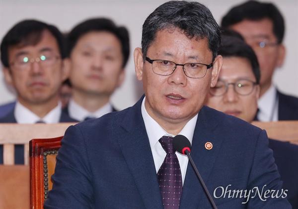 김연철 통일부 장관이 17일 국회에서 열린 외교통일위원회 국정감사에서 의원 질의에 답변하고 있다.