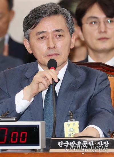 양승동 KBS 사장이 17일 국회에서 열린 과학기술정보방송통신위원회 국정감사에서 의원 질의에 답변하고 있다.
