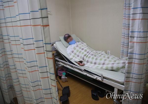 조국 전 법무부장관의 동생 조권씨가 16일 부산 B병원 병실에서 안정을 취하고 있다.