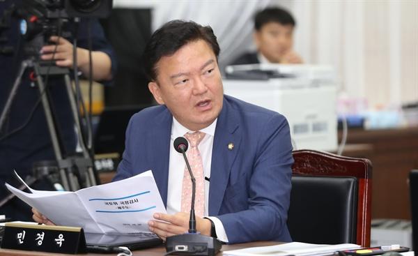 자유한국당 민경욱 의원이 8일 오전 제주도청에서 열린 국회 국토교통위원회 국정감사에서 질의하고 있다.