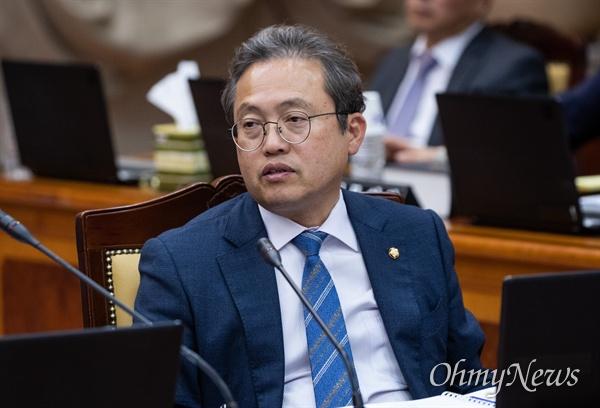 더불어민주당 송기헌 의원이 17일 오후 서울 서초구 대검찰 법사위 국정감사에 참석하고 있다.