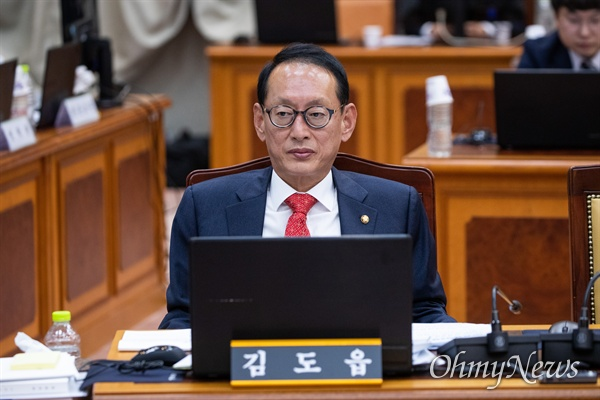 자유한국당 김도읍 의원이 17일 오후 서울 서초구 대검찰 법사위 국정감사에 참석하고 있다.