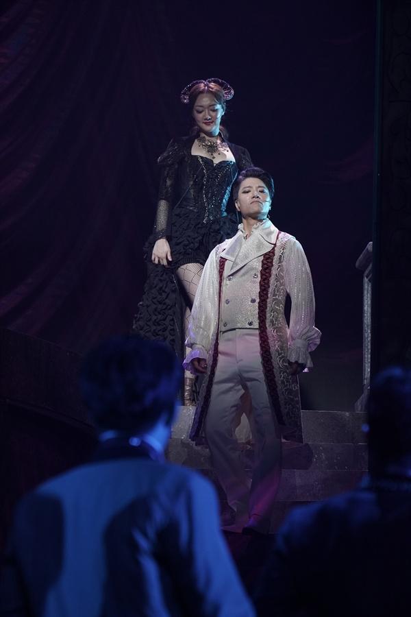 뮤지컬 '드라큘라' 중 한 장면. 황한나(위)와 임태경(가운데).