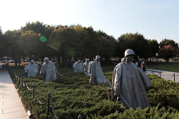 워싱턴소재 한국전쟁 메모리얼 기념관에는 6.25당시 가장 치열했던 장진호 전투 당시를 재현한 기념물이 있다. 인근 벽에는 6.25당시 미군 54,246명, 유엔군 628,833명이 사망했다는 기록이 적혀 있었다.