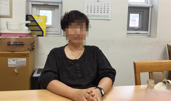 서울역 희망지원센터에서 인터뷰하고 있는 김민정 상담원