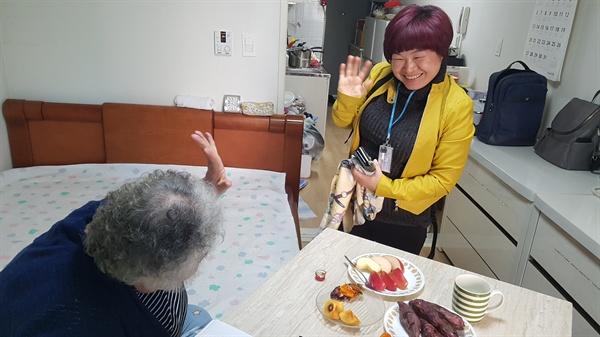 서울 사회서비스원 성동재가센터 소속 요양보호사 박정순씨가 15일 오후 서울 성동구의 한 아파트에서 서비스를 마친 뒤 돌봄 대상자와 작별 인사를 나누고 있다.