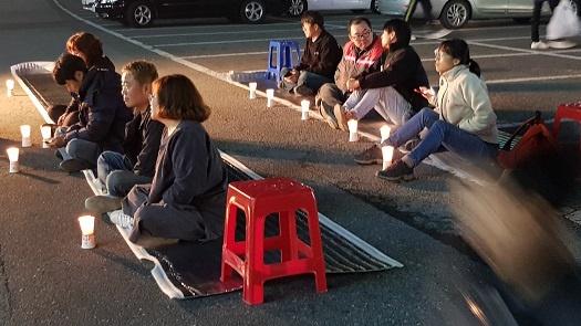 17일 충남 홍성군 홍성읍 복개주차장에서는 홍성 세월호 촛불 문화제가 진행됐다.