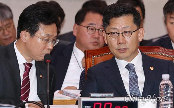 김현수 농림축산식품부 장관이 18일 국회에서 열린 농림축산식품해양수산위원회 국정감사에 출석해 이재욱 차관과 대화하고 있다.