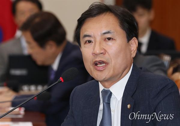 김진태 자유한국당 의원이 18일 국회에서 열린 정무위원회 종합감사에서 노형욱 국무조정실장에게 질의하고 있다.