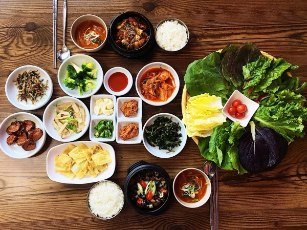 '우렁 쌈밥', '제육 쌈밥'을 먹을 수 있는 '정담'의 한 상 차림ⓒ'정담' 공식 홈페이지