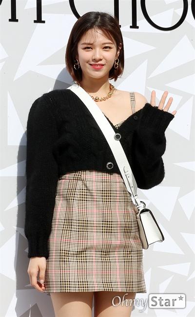 정연, 가을 나들이 트와이스의 정연이 18일 오후 서울 압구정동의 한 백화점에서 열린 한  럭셔리 디자이너 브랜드 매장 오픈 기념 이벤트에서 포즈를 취하고 있다.