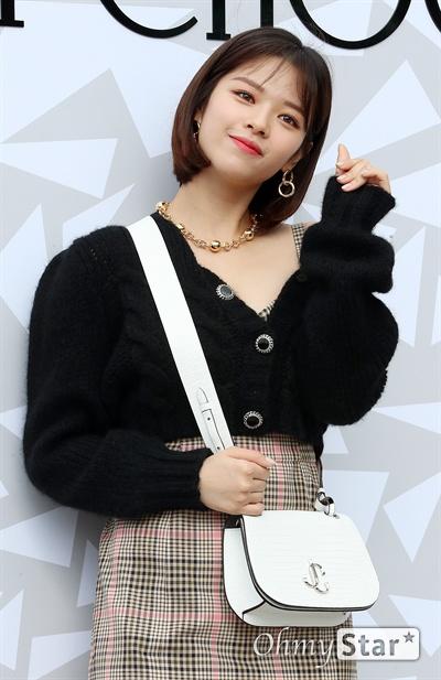 정연, 사랑스런 하트 트와이스의 정연이 18일 오후 서울 압구정동의 한 백화점에서 열린 한  럭셔리 디자이너 브랜드 매장 오픈 기념 이벤트에서 포즈를 취하고 있다.