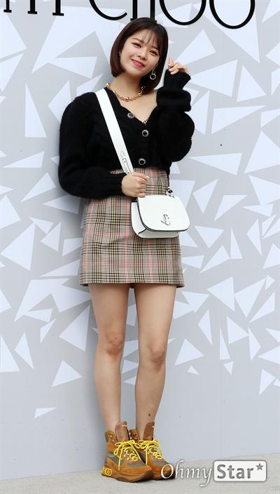 정연, 예쁜 미소 트와이스의 정연이 18일 오후 서울 압구정동의 한 백화점에서 열린 한  럭셔리 디자이너 브랜드 매장 오픈 기념 이벤트에서 포즈를 취하고 있다.