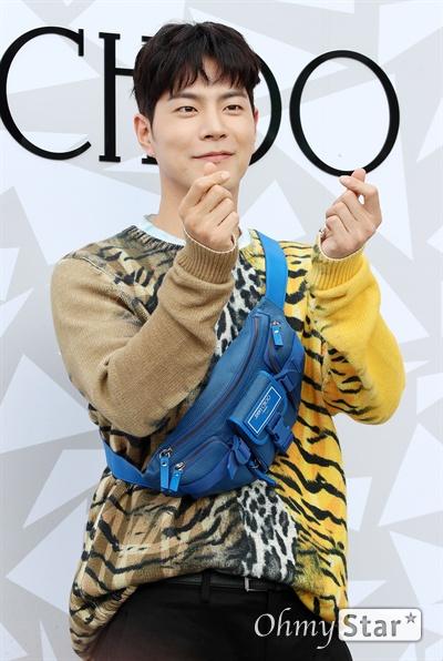 홍종현, 깊어가는 가을단풍내음 배우 홍종현이 18일 오후 서울 압구정동의 한 백화점에서 열린 한  럭셔리 디자이너 브랜드 매장 오픈 기념 이벤트에서 포즈를 취하고 있다.