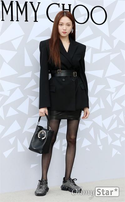 이성경, 가을 속 카리스마  배우 이성경이 18일 오후 서울 압구정동의 한 백화점에서 열린 한  럭셔리 디자이너 브랜드 매장 오픈 기념 이벤트에서 포즈를 취하고 있다.