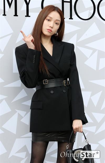 이성경, 모델다운 센스 배우 이성경이 18일 오후 서울 압구정동의 한 백화점에서 열린 한  럭셔리 디자이너 브랜드 매장 오픈 기념 이벤트에서 포즈를 취하고 있다.