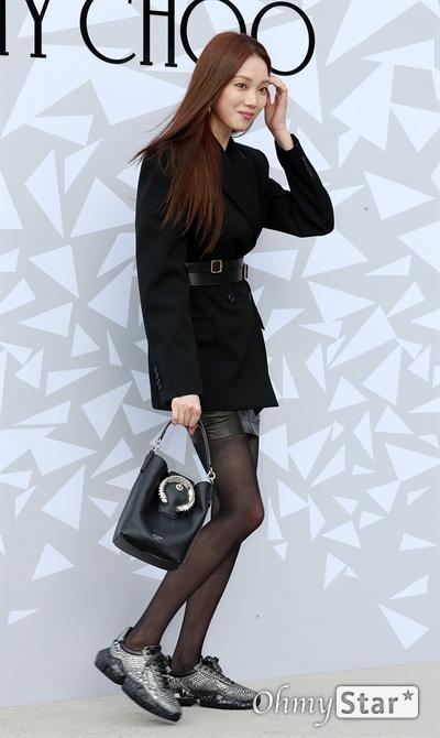 이성경, 블랙으로 꾸민 매력 배우 이성경이 18일 오후 서울 압구정동의 한 백화점에서 열린 한  럭셔리 디자이너 브랜드 매장 오픈 기념 이벤트에서 퇴장하며 인사를 하고 있다.