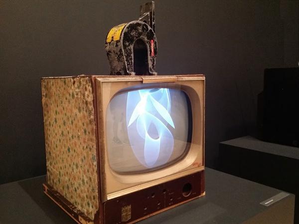 백남준 I 'TV 자석(Magnet TV)' TV set and magnet black and white 1965 ⓒ Estate of Nam June Paik. TV의 쌍방 소통을 실험한 작품이다.