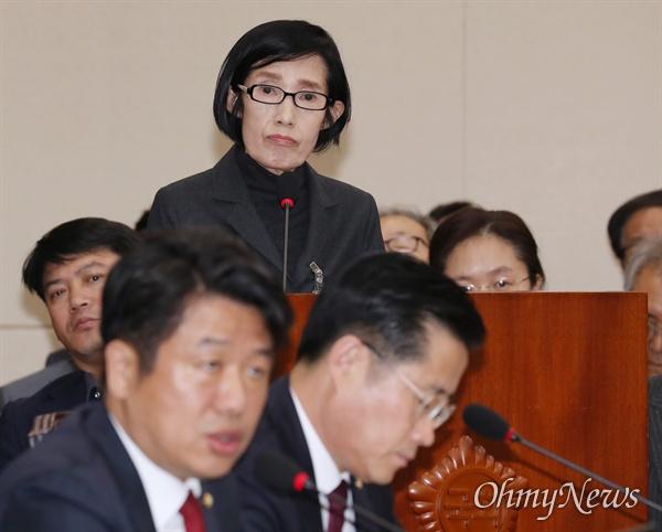 """피우진 """"증인선서와 증언 거부합니다"""" 피우진 전 국가보훈처장이 18일 국회에서 열린 정무위원회 국정감사에 출석해 증인선서와 증언을 거부한다고 밝히고 있다."""