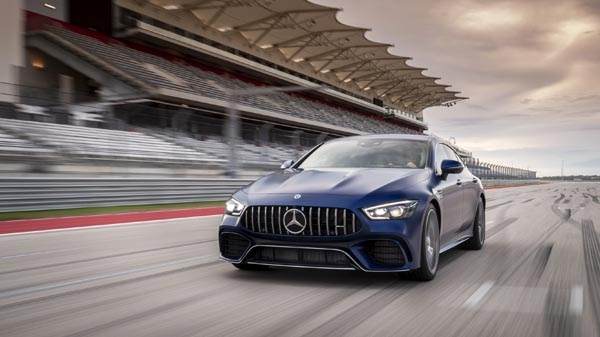 AMG GT 63 S 4MATIC+ 4도어 주행 모습.