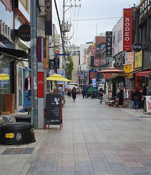 창동 상상길. '세계인 이름길'이라고도 불린다. 2015년 한국관광공사가 벌인 한국의 아름다움을 상상해보자는 캠페인에 전세계에서 30여만 명이 참가했고 그중에서 선정된 2만 3천명의 이름과 국적이 바닥타일에 빼곡하게 새겨져 있다.