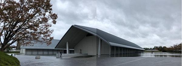 사가와미술관은 건물 둘레에 물을 담아놓고, 물 아래에도 도자기 전시실이 있습니다.