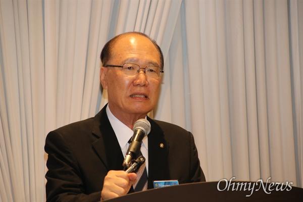 배한동 민주평통 대구지역회의 부의장이 18일 대구 그랜드호텔에서 열린 제19기 제1차 운영위원회에서 취임사를 하고 있다.