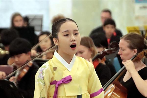 """국악소녀 윤로사(광양여중3)양이 소프라노 박소은씨와 함께 <통일 아리랑>을 부르고 있다. """"DMZ철조망을 처음 본 순간 무서웠지만 제 노래를 듣고 사람들 마음속에 통일을 해야겠다는 생각이 들었으면 좋겠다""""고 했다."""