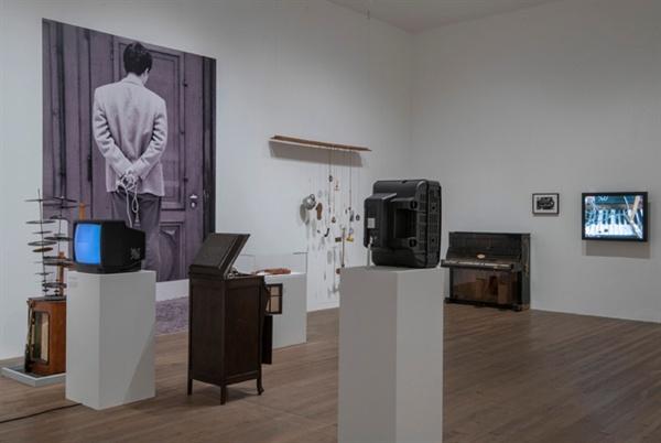 백남준 1963년 첫 전시 '음악의 전시_전자 텔레비전'를 이번 테이트모던 전시장에 재현하다 ⓒ Estate of Nam June Paik ⓒ Tate(Andrew Dunkley)