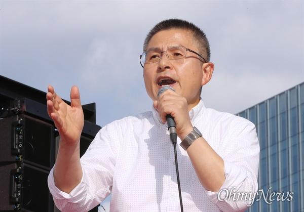 규탄사 하는 황교안 자유한국당 황교안 대표가 19일 오후 서울 광화문 세종문화회관 앞에서 열린 '국민의 명령, 국정대전환 촉구 국민보고대회'에서 규탄사를 하고 있다.