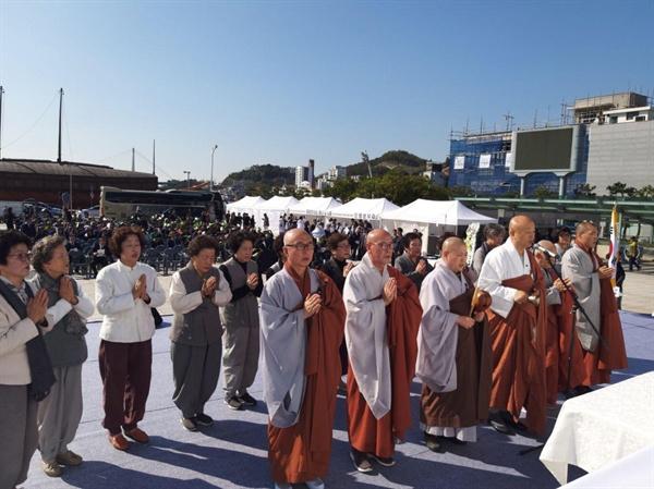 여순항쟁 제71주년 여수 추념식 여수 종고산 앞 이순신광장에서 여순항쟁 추념 행사로 불교의례를 집전하고 있다
