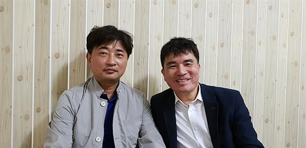 <통일아리랑>을 만든 사람들로 작곡자 여도초등학교 조승필(왼쪽) 교사와 작사자 광양남초등학교 고종환(오른쪽) 교사 모습이다.