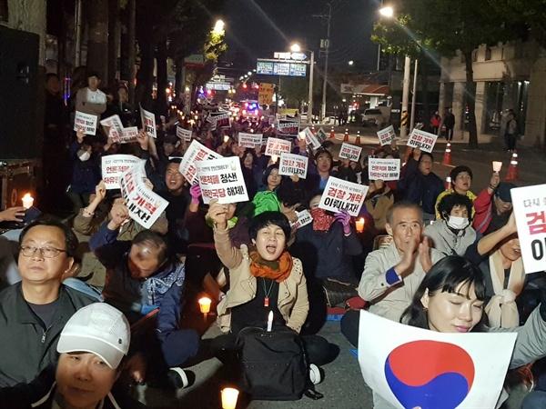 촛불대회에 참석한 광주시민들 제 3차 광주촛불시민대회에 참석한 시민들이 피켓을 흔들며 구호를 외치고 있다.