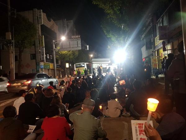 도로를 가득 채운 광주시민들 도로를 가득 채운 광주시민들과 촛불대회를 이어가고 있다.