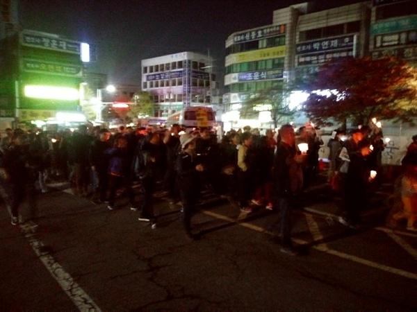 행진하는 광주시민들 광주시민들이 검찰청 앞까지 행진하고 있다.