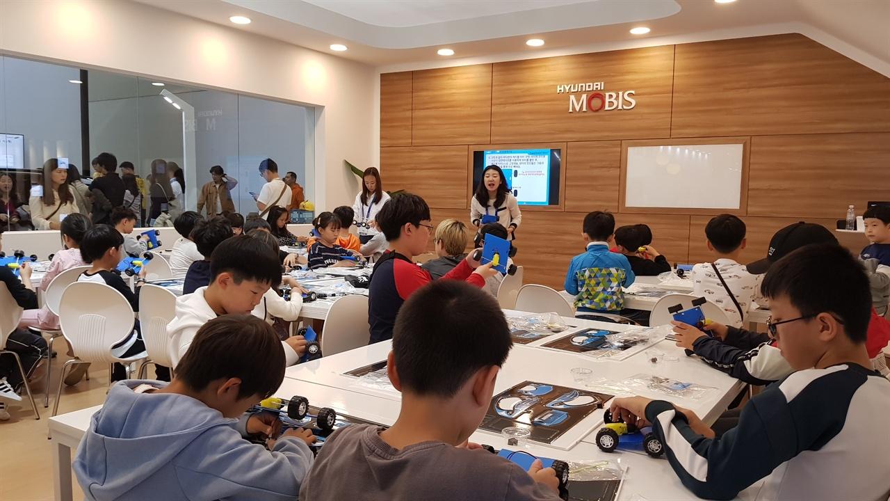 모형자동차를 만들고 있는 광경 주니어공학교실을 통해 모형자동차를 만들고 있는 광경이다.