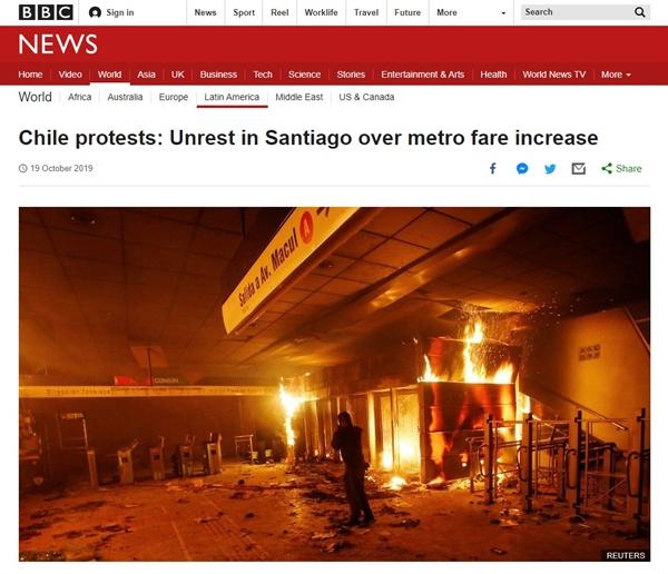 칠레 산티아고의 지하철 요금 인상 반대 시위를 보도하는 BBC 뉴스 갈무리.