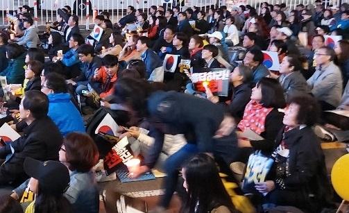 국회 앞 검찰개혁 촉구 촛불시민들이 국회를 향해 검찰개혁 '공수처 설치'를 촉구하고 있다.