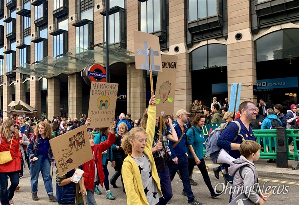 국회의사당 주변에 모인 수많은 시민들이 각자 준비해 온 피켓 등으로 보리스 존슨 정부의 브렉시트 합의안을 반대하고 있다