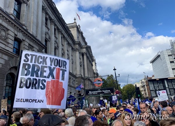 지난 19일 오후 영국 국회의사당으로 많은 시민들이 브렉시트 반대 행진을 벌이고 있다.