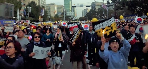 """공수처 설치 촛불시민들이 국회를 향해 검찰개혁 '공수처 설치""""를 촉구하고 있다."""