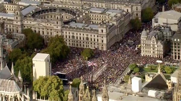 지난 19일 런던 중심가에서 벌어진 브렉시트 반대 집회에 사상 최대 규모의 시민들이 참여했다. 사진은 영국 BBC 항공화면 캡처.