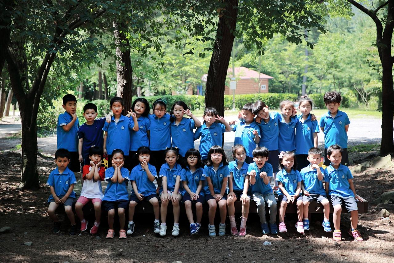 서천 송석초 병설유치원 유아들이 학교 주변에 있는 희리산에서 숲 체험을 하고 있다.