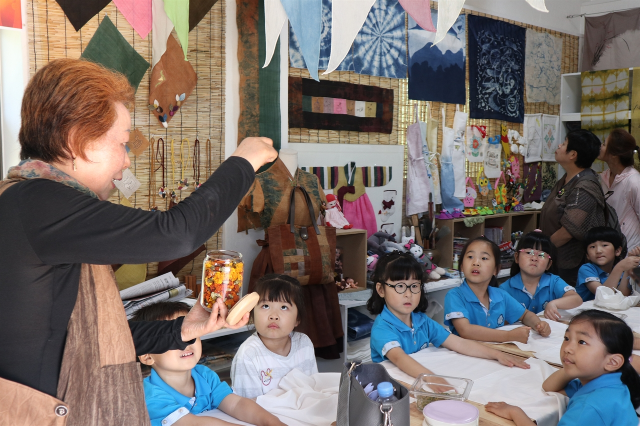 서천 송석초 병설유치원 유아들이 '한산모시관'에서 염색 체험을 하고 있다.