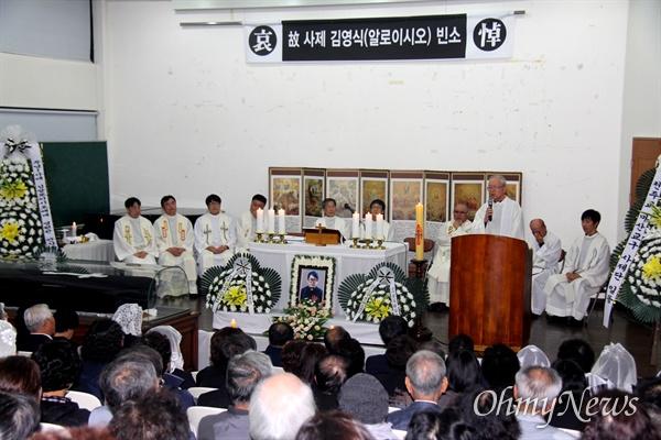 천주교 마산교구청 강당에 마련된 고 김영식(알로오시오) 신부의 빈소에서 20일 오후 추모미사가 열리고 있다.