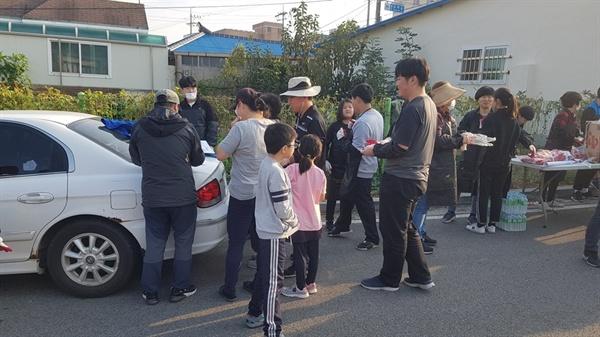 20일 이들이 연탄 자원봉사현장을 동행 취재했다. 약속한 오후 4시가 되기 전부터 자원봉사자들이 모이기 시작했다. 어린 초등생부터 칠순의 어르신까지 그야말로 다양하게 자원봉사에 참여했다.