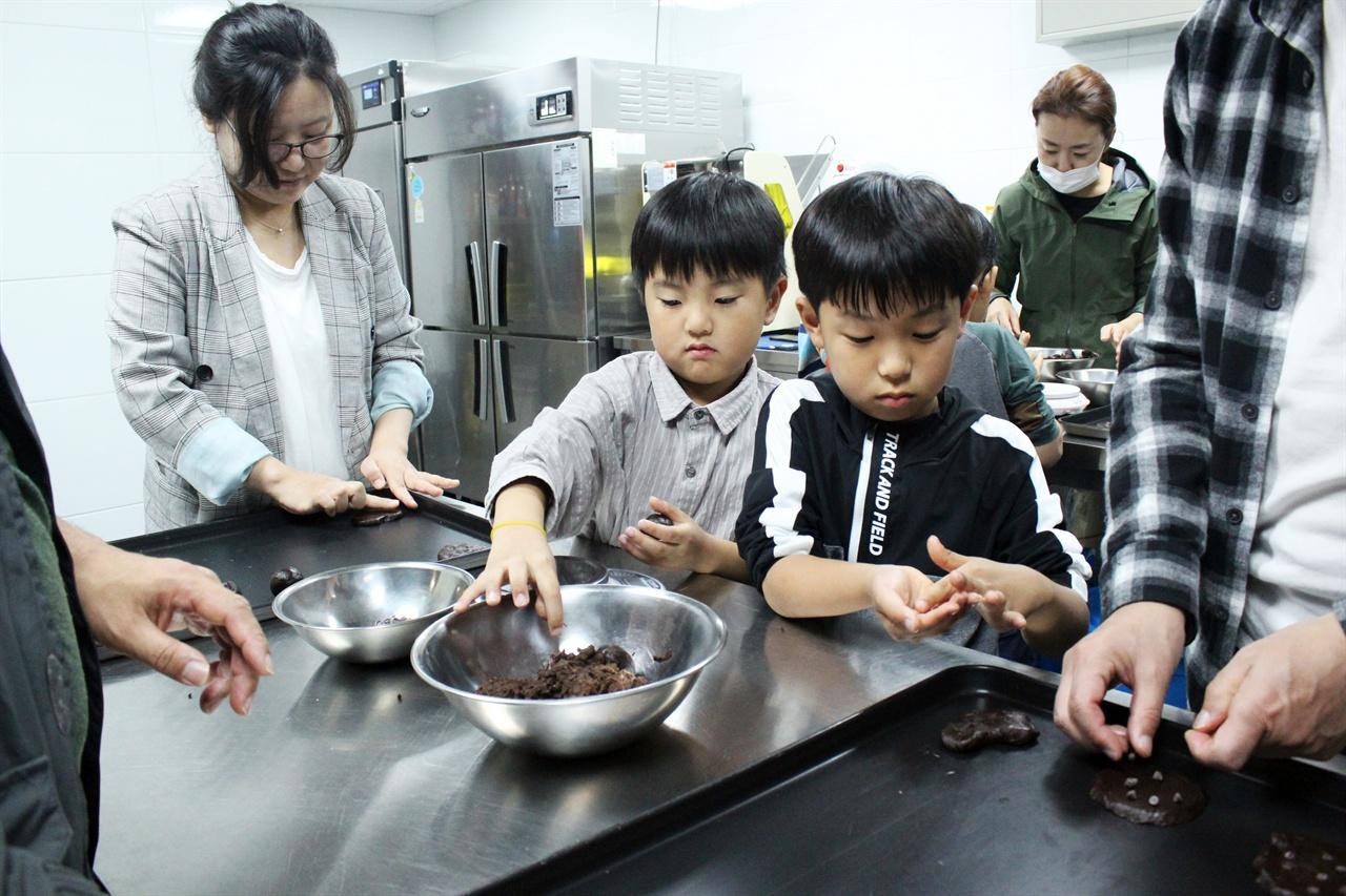 연극 '명성이네 베이커리'를 관람하다가 갑자기 쿠키 체험을 하는 어린이 관객들.