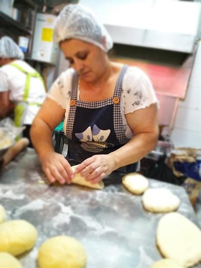 '아써르티'는 러시아와 우즈베키스탄 출신의 총 8명의 직원들 중에 제빵사 6명(야간조 2명, 주간조 3명, 케이크조 1명), 판매 1명, 수량관리 1명 등으로 빵집을 운영하고 있다. 바로 바로 구워 낸 신선한 풍미의 빵을 내놓는 것을 원칙으로 하고 있다.