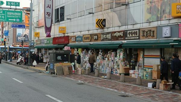 서울 청계천 헌책방 거리  헌책방 거리였던 서울 평화시장 1층에는 지금은 모자 가게가 더 많다.