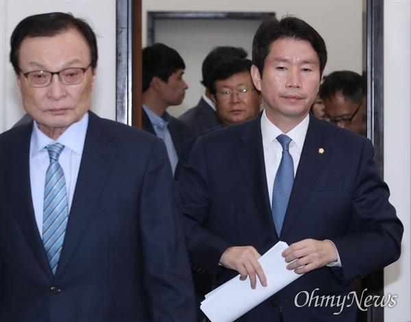 더불어민주당 이인영 원내대표가 21일 오전 국회에서 열린 최고위원회의에 입장하고 있다. 왼쪽은 이해찬 대표.